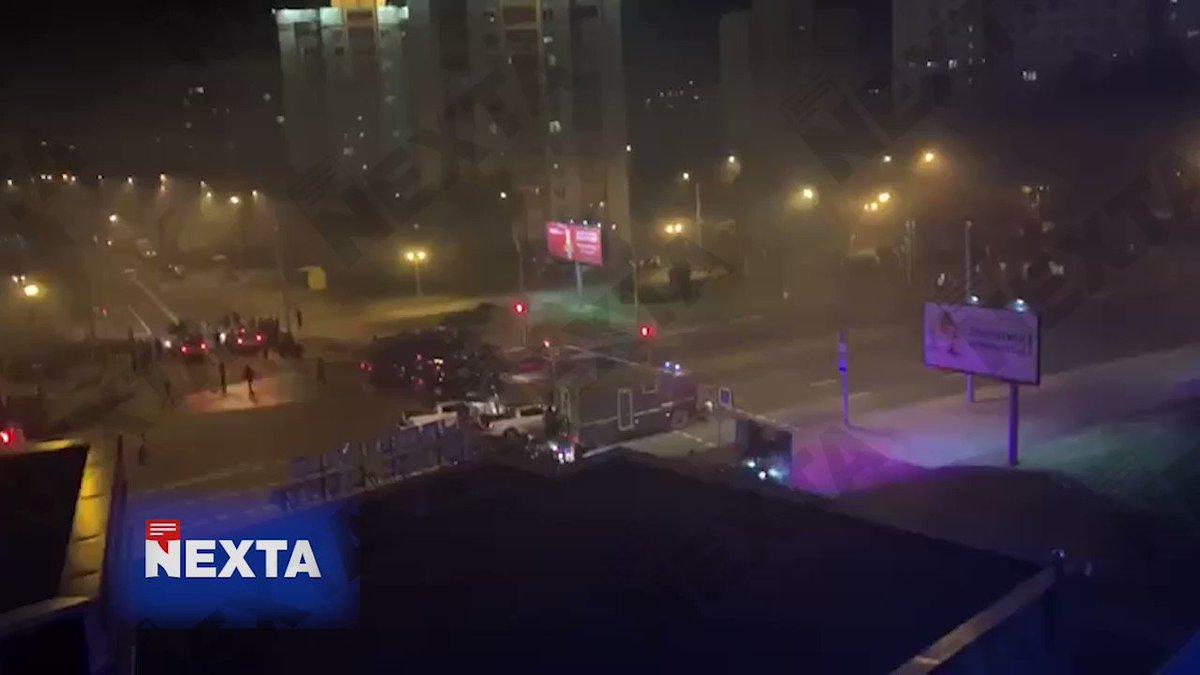 В Минске слышны звуки стрельбы – видео публикует Nexta. Неизвестно, стреляют холостыми, резиновыми или боевыми пулями