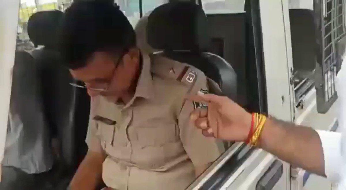 #Gujarat બોલો લ્યો, માસ્ક ન પહેરનાર જ માસ્ક ન પહેરવાનો દંડ કરી રહ્યા છે 😂👏🏻  ભાવનગરના વરતેજ પોલીસ મથકમાં ફરજ બજાવતા ASI વગર માસ્કે લોકોને ફટકારી રહ્યા છે દંડ  ₹ 500 નો દંડ માસ્ક વગરના લોકોને ફટકારી રહ્યા છે પોતે વિડીયોમાં માસ્ક વગર ના નજરે ચડે છે  @AddlCP_ABAD @SPBhavnagar