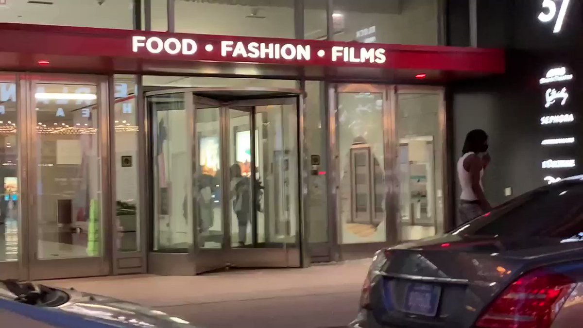 Looters in Chicago calmly walk in and out of businesses with stolen merchandise at the BLM riot. #BlackLivesMatter #ChicagoRiots