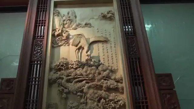 La talla de #madera es una de las artes tradicionales populares de #China, con una historia de más de mil años desde la dinastía Tang. El tallado de madera es aparentemente pequeño, pero el proceso es extremadamente complicado. #CulturaChina #ArtesaníaChina  📽️: @cgtnenespanol