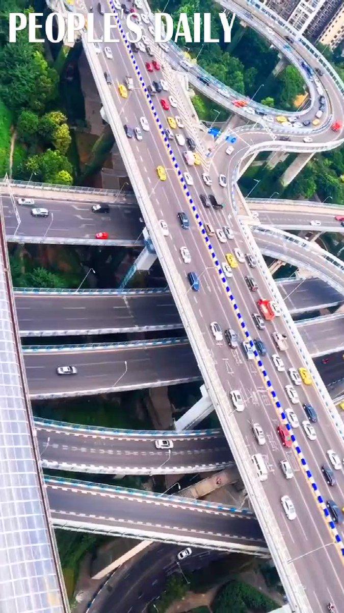 ¿Te atreverías a conducir por este complicado paso elevado en #Chongqing? 😅🚗