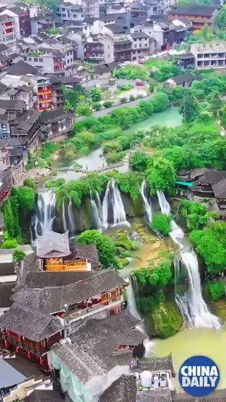 La antigua ciudad #china de Furong, en la provincia de #Hunan, tiene una historia de más de 2000 años y es un lugar donde los turistas pueden disfrutar de costumbres étnicas y hermosos paisajes naturales. 🌳💧 #BellezaChina #TurismoChina  📽️: @ChinaDaily