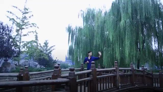 El #Kungfu enfatiza tanto en la fuerza como en la suavidad. Esta disciplina #china de abanico combina la elegancia del baile y la rigidez de las artes marciales, convirtiéndola en una nueva forma de ejercicio popular. #CulturaChina  📽️: @cgtnenespanol