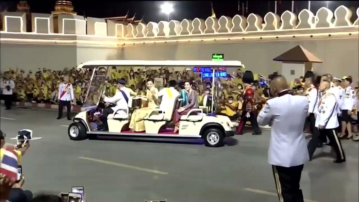 เจ้าคุณพระบอกราชินีให้หยุดรถ แล้ววิ่งลงมาเอาของจากปชชไปส่งให้ถึงมือราชินี
