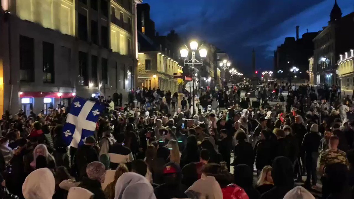 Hundreds of people breaking first night of 8 p.m. curfew in Old Montreal. «Freedom for the young!» they chant.