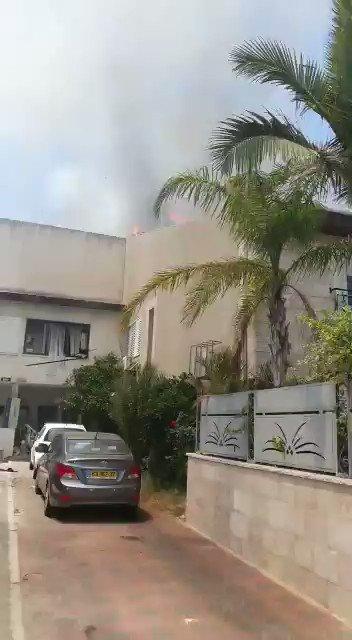 In #Ashdod op ongeveer 30 km ten zuiden van Tel Aviv staat een huis in brand als gevolg van een raketinslag. Medici behandelen twee licht gewonden van glasscherven. #Israel #Gaza https://t.co/SG3PBQXv6v