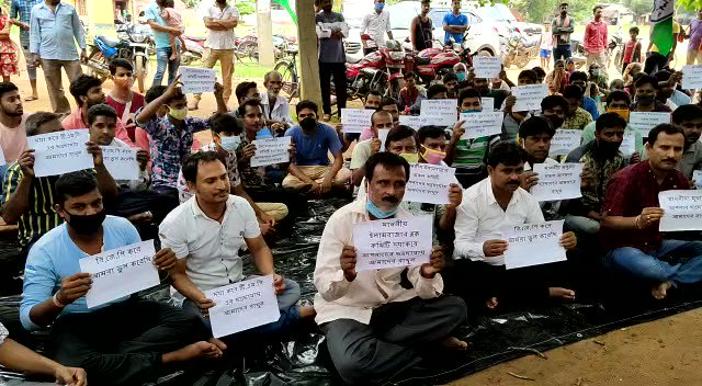#WestBengal | BJP workers sit on a dharna outside the Trinamool Congress office in Birbhum, seek to return to the party. https://t.co/2i742LC4mQ