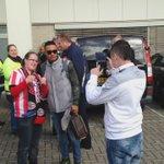De selectie vertrok zojuist van het stadion naar De Herdgang. Spelers namen de tijd voor de al aanwezige fans #psvaja http://t.co/Ov0UEjg60C