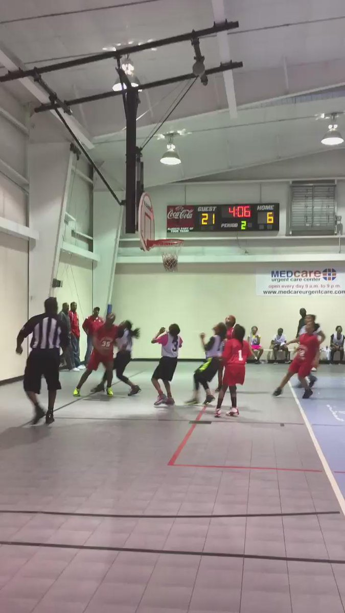 Hol'up bruh... Why this WNBA player playing against these little girls?  http://t.co/gOpleLauw7