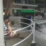 """Imagenes del aguaje de hoy en Salinas! La gente esta en el Malecón observando asustada el fenómeno. http://t.co/BkjJWej5Ui"""""""