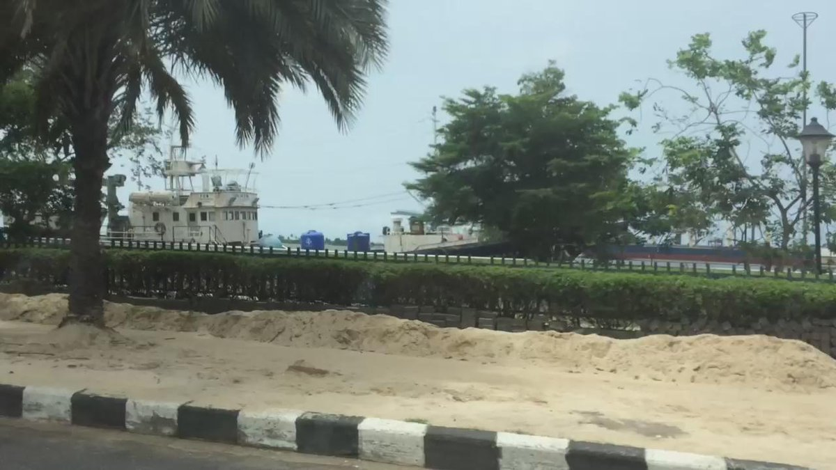 Scenes rarely seen in Lagos: totally empty streets. City on lockdown for the election #Nigeriadecides http://t.co/5grxrJMMJS