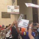 """"""".@Yusnaby: En estos momentos el Régimen d #Venezuela comienza a recoger firmas en #LaHabana contra decreto de Obama http://t.co/f9II1GkQfH"""""""