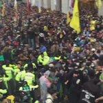 지금 현재 세종문화회관 앞, 격렬한 충돌이 발생 중 입니다. http://t.co/SFVStZKZ8Z