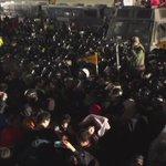 광화문 앞, 경찰이 계속해 캡사이신 쏘며 진압 중 입니다. 이 상황이 계속되고 있습니다. http://t.co/NpwTTTMIE0