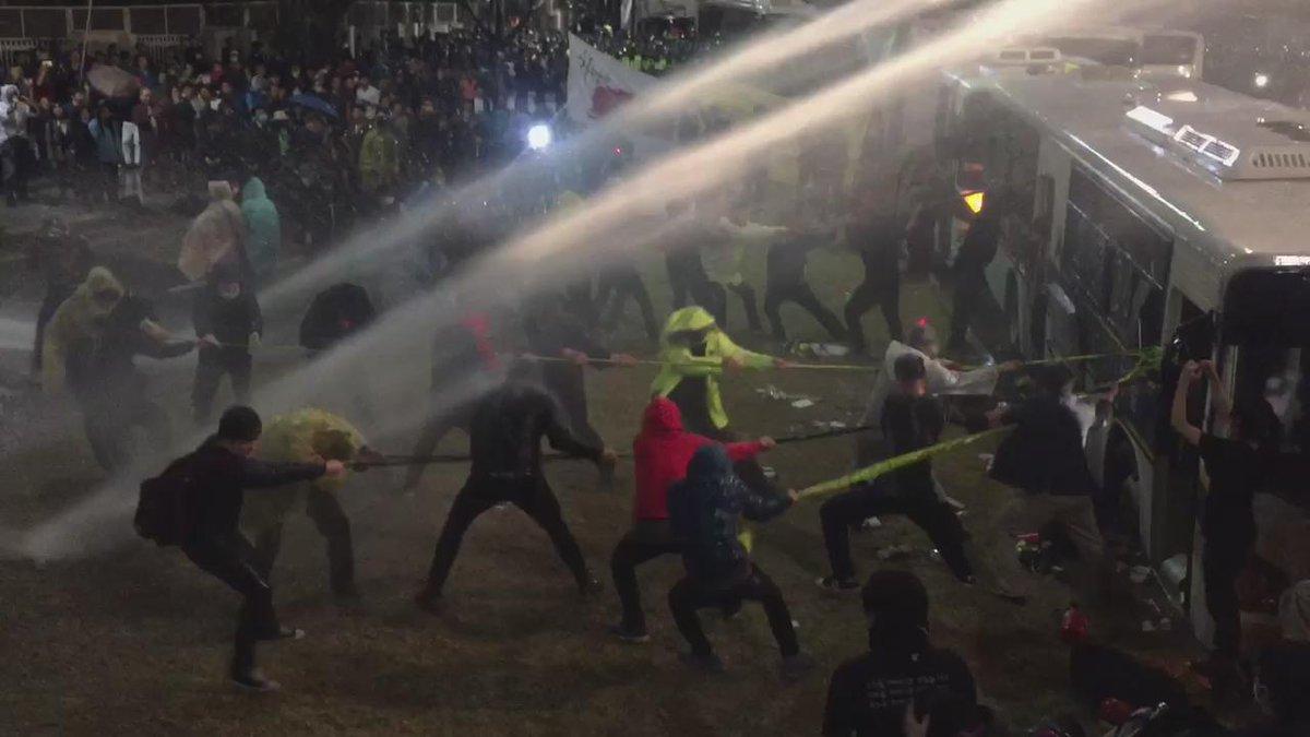 충격, 경찰 최루액 섞은 몰대포 시민에게 직격탄 발포, 경찰 폭력 중단하고 유가족을 만날 수 있도록 해야.. http://t.co/JYJtwOCrML