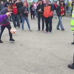 Escena de Premier: Una mujer policía se divierte con fans del Aston Villa antes del partido  contra el Liverpool. http://t.co/O8Zl9AZz8Y