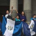 Una familia completa grita consignas contra el Gobierno en manifestación #RenunciaYa #M23 http://t.co/nQEn4mi4GX Vía @hpocasangre_pl