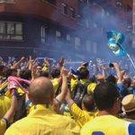 """Aficionados del Cadiz y Oviedo cantando conjuntamente """"Volveremos a primera"""". Ojala vuelvan pronto.  http://t.co/W7UuSjQrhj"""""""