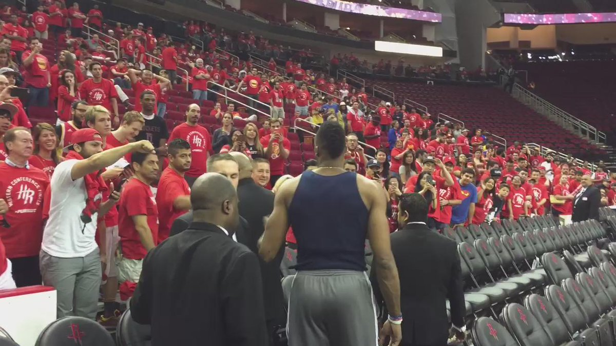 Here's @DwightHoward coming out to greet #Rockets fans that have been stranded at Toyota Center: http://t.co/RCJkIVxJHt