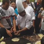 Practise makes perfect! @andros_townsend gets to grips with roti canai. #SpursInMalaysia http://t.co/eLIaqMZ0x0