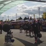 The team receives a tremendous welcome from the Bath supporters as they arrive at Twickenham. #AvivaPremFinal http://t.co/a5JFm8vx3J
