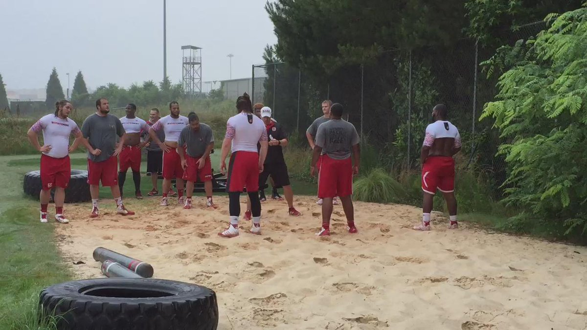 Early morning work in the sand with the O-Line. #RaiseTheBar #1Pack1Goal http://t.co/YOlXb33s1B