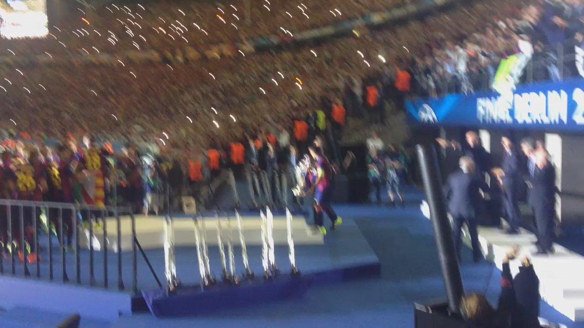 Emoció. Berlín. Una nova Copa d'Europa. I la recull Xavi! http://t.co/gvspnDUmiz