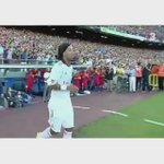 Throwback to when Ronaldinho returned to the Camp Nou. This was class from Carles Puyol. http://t.co/o4y2920Xk6