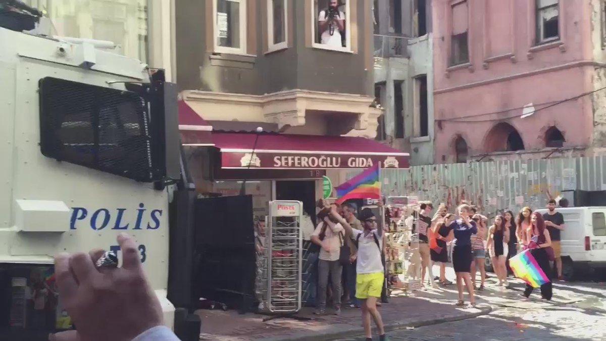 Ulan bu bildiğin cinayete teşebbüs be, başka ne açıklaması olabilir ki? #OnurYürüyüşü #LGBT #Pride2015 http://t.co/cS0bWBEGXt