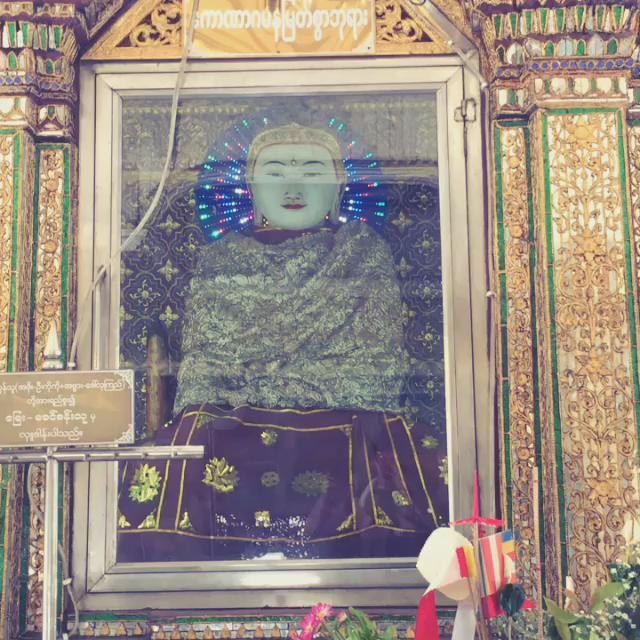 ミャンマーに来ました。 どの寺もLED乱用しすぎてもはや「CR仏陀」 http://t.co/uNS0Hmkr11