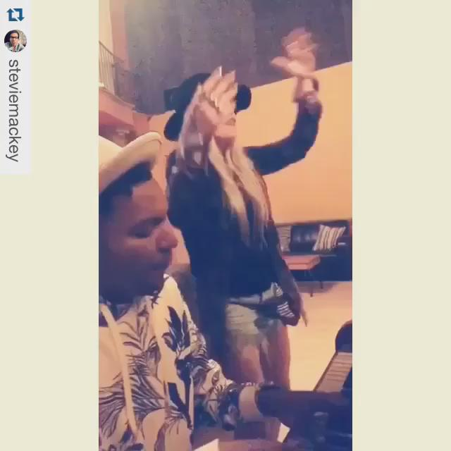 vocal warmups with @princeofmalibu #chakalove https://t.co/4F0SRpJc8J http://t.co/sm6reb2GNy