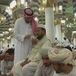 #فيديو لمواطن يطعم مقيم مشلول بـ #المسجد_النبوي بمجرد انطلاق أذان المغرب http://t.co/uLcAQHPlfE
