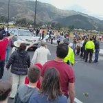 La gente esperando ver al #Papa, cuando pasa #Correa, el grito unánime es: http://t.co/J6NR1aYsa6 #FueraCorreaFuera