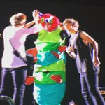 VIDEO | Louis helping Liam into the caterpillar costume tonight! 8.2.15 http://t.co/icOl6rWJ12