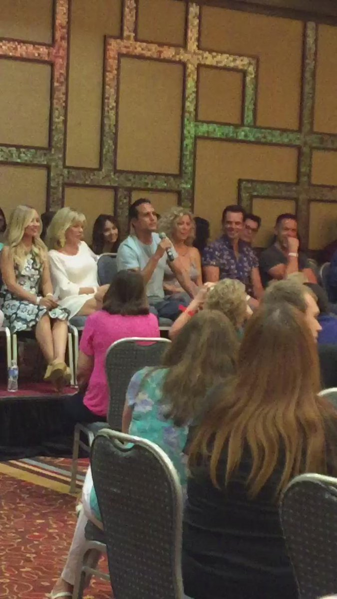 Some asked @MauriceBenard about playing Desi Arnaz. He sings and the crowd goes wild. http://t.co/ssOZ4aUrgU