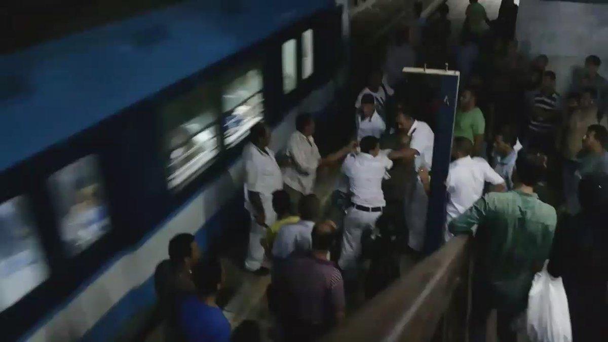 أمناء شرطة يقومون بسحل وضرب وسب شاب على رصيف مترو دار السلام لاحتجاجه على سلبية الشرطة في منع التحرش بخطيبته http://t.co/cdh71POvDs