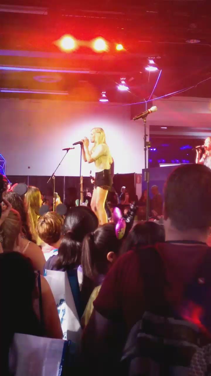 "#VIDEO - Olivia chantant ""Uptown Funk"" à #D23Expo aujourd'hui. http://t.co/M7aUCDqhOl"