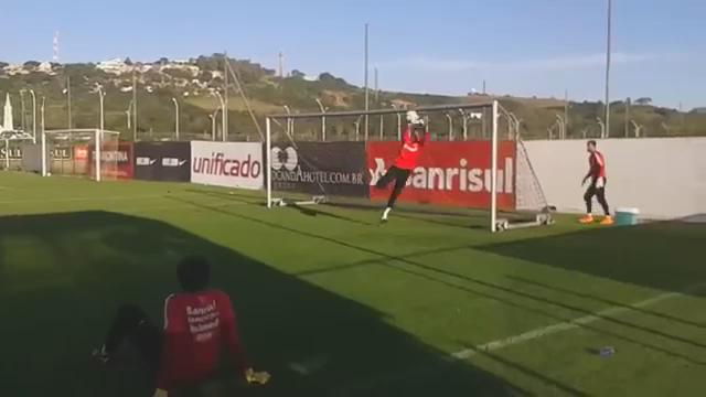 Former AC Milan keeper Dida training with Internacional at the age of 41! Impressive stuff! http://t.co/ZDxyIAFeZf