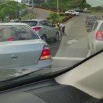 VIDEO | Pelea entra taxista y conducto particular en Plaza Edison, todo por no dar paso. #Panamá @MiDiarioPanama http://t.co/b8u048YavD