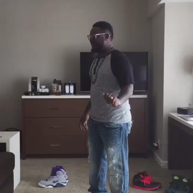 t-pain is magic, i swear his head actually separates from his body at the end http://t.co/Ziyhky0Vkx