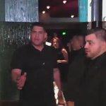 Vídeo|| Zayn deixando o Mastros Steakhouse com sua mãe em Los Angeles, CA (28/Agosto). #MPN #OneDirection http://t.co/ikt2u0wX4q