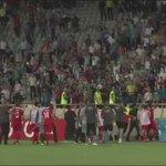 لحظة رمي لاعبي الأهلي الإماراتي من قبل الجماهير الايرانية .. الاتحاد الاسيوي كيف الحال ✋???? http://t.co/h8IAYuUpxB