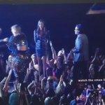 Kanye West se segurando pra não subir no palco e interromper o discurso da Taylor #VMAs http://t.co/j9yEJ4HItv