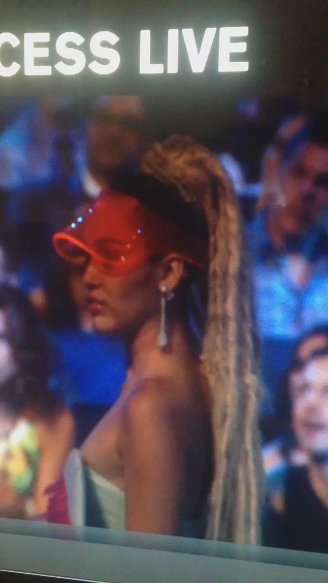 I'm living for this RT @bocaslayed: IM SCREAMING. @NICKIMINAJ @MileyCyrus #VMAs  http://t.co/2mRB9uk4sI