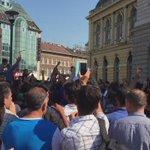 """Proteste der Flüchtlinge vor dem Bahnhof #keleti in #Budapest #refugees immer wieder rufen sie """"Our Goal is Germany"""" http://t.co/XuF4FBxJfp"""