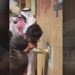 """#فيديو - أولياء أمور ينادون طالبات الثانوية في شرق الرياض عبر """"ماصورة"""" صرف صحي بدلا من المايك. #السعودية http://t.co/lzcvm5dxau"""