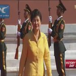 Chinese President #XiJinping and his wife welcome S. Korean President #ParkGeun-hye ahead of #VDay parade. http://t.co/tcRwpCV9p6