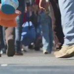3 bin mülteci, Almanyaya gitmek için Macaristandan topluca yürüyüşe geçti. http://t.co/TJCuDyHO8d http://t.co/fyQTBpG4km