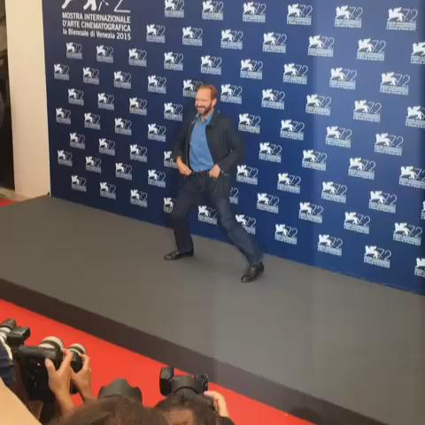 RALPH FIENNES dancing at the photocall! #ABiggerSplash #Venezia72 http://t.co/MXJs2gSpCg