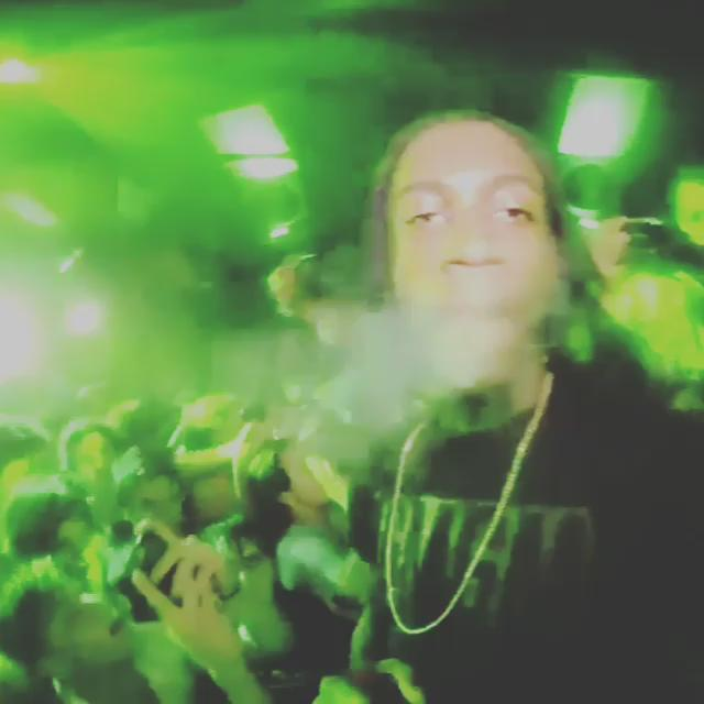 YUNG SIMMIE SHOWS BE TURNT! http://t.co/nisR6jCaky